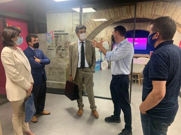 En la foto, Miguel Vicente, presidente de Tech Barcelona, explicando el Payment Innovation Hub a Gonzalo García Andrés, secretario de Estado de Economía y Apoyo a la Empresa.